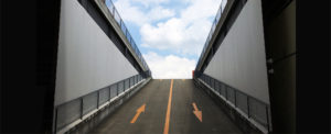 坂道・トンネル・青空