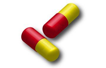 薬のイメージ画像(赤と黄色のカプセル)